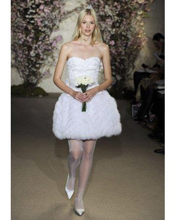 Короткое свадебное платье сезона весна-лето 2012 из коллекции Oscar de la Renta.