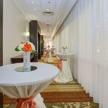 220x220 sq 1522264899 af9c5e934976fd5d ballroom foyer cocktail hour
