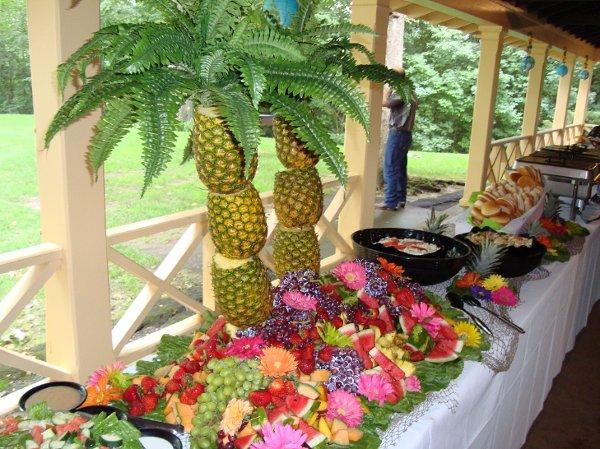Не забудьте гармонично скоординировать размер и количество столовых приборов и прочих блюд с размером и формой пальмы.