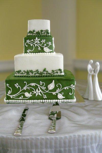 600x600 1310418233544 weddingcakegreenwhitevinetiers