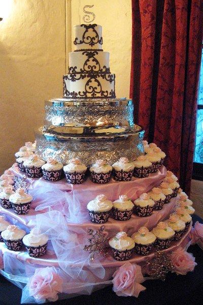 600x600 1310418557513 weddingcaketieredcakewithcupcakes