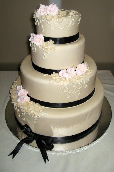 600x600 1310420712014 weddingcakeivoryfondantwithsalmonpinkrosesandblackribbon