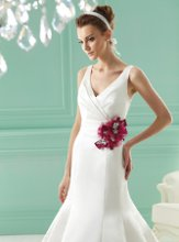 F141021 V-neckline with beaded accent pin.