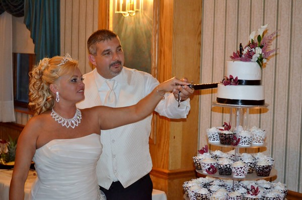 1421084184085 1599288805811712769660701638542o Oneida wedding cake