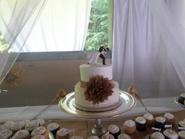 1421587130968 10559802102044924084572207534331111111341040n Oneida wedding cake