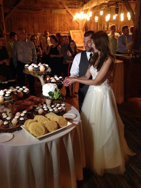 1421588076926 5057934orig Oneida wedding cake