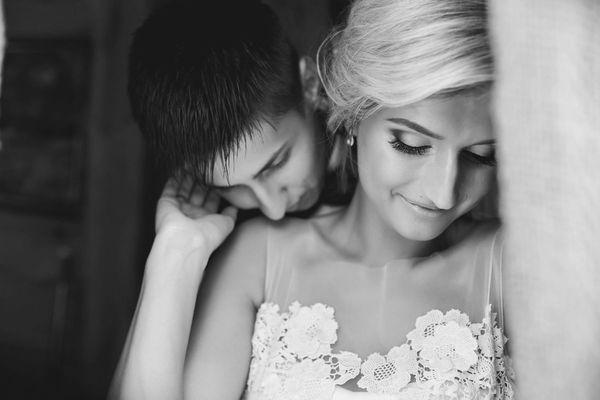 600x600 1503583780 07b72911f6a9511f photodune 15181517 beautiful wedding couple in doorway l
