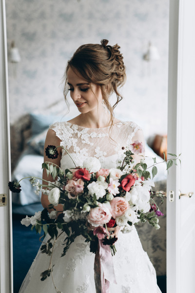 600x600 1513627210832 bride with oversized bouquet