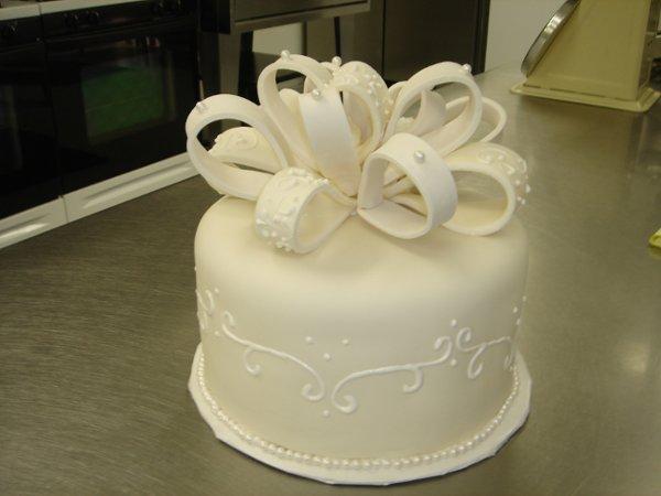 1229378225994 Fondantpearlsandbowsaniversarycake005 Greenville wedding cake