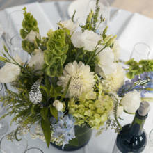 "<strong class='info-row'>Flora Bella Florist</strong> <div class='info-row description'><html>  <head></head>  <body>    The tables were decorated with beautiful arrangements of dahlias, bells of Ireland, lisianthus, veronica, hydrangeas, and delphinium.  Photo by    <a href=""http://www.weddingwire.com/biz/andrea-weddings-portland/ff8574fb86e5aac9.html"" target=""_blank"">Andrea Weddings</a>  Venue: The China Cabin   </body> </html></div>"