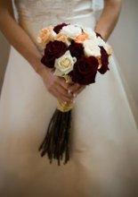 220x220 1220836286134 brideholdingflowers