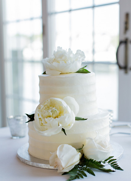 The Simple And Elegant Wedding Cake Featured White Buttercream Frosting Was Adorned With Fresh