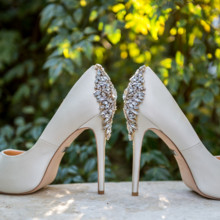 "<strong class='info-row'>Svetlana Photography</strong> <div class='info-row description'><html>  <head></head>  <body>    Lindsey donned glamorous peep-toe heels with sparkly crystal embellishments.   Venue:    <a href=""https://www.weddingwire.com/biz/the-vista-on-seward-hill-austin/8620a87097a99c38.html"" target=""_blank"">The Vista on Seward Hill</a>   </body> </html></div>"