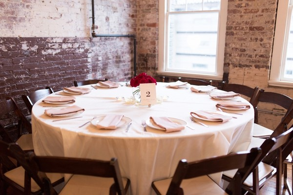 Attrayant Round Banquet Tables Draped With White Tablecloths Added An Elegant Touch  To The Industrial Look Of