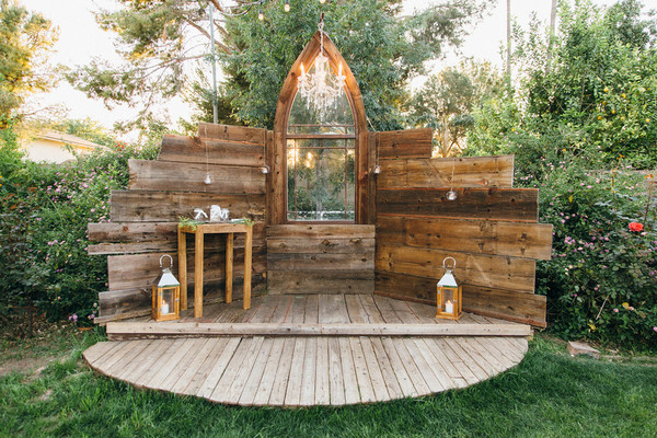The Rustic Altar Was Made Of Repurposed Wood And A Window Pane Venue My
