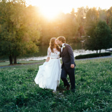 """<strong class='info-row'>Erin Morrison Photography</strong> <div class='info-row description'><html>  <head></head>  <body>    Kathryn and Hunter met through mutual friends. Their first date was in October 2013 and they've been together ever since!  Venue: Tuckaway Cove  Bride's Gown:   <a href=""""https://www.weddingwire.com/reviews/sarah-seven-san-francisco/a18db1e5e4af988f.html"""" target=""""_blank"""">Sarah Seven</a>from   <a href=""""https://www.weddingwire.com/biz/the-dress-theory-seattle/eacb4ac349379587.html"""" target=""""_blank"""">The Dress Theory</a>   </body> </html></div>"""
