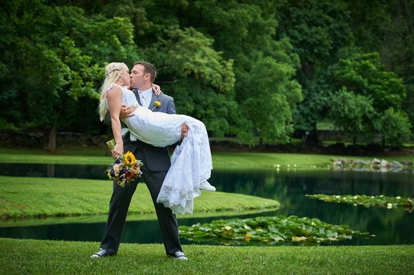 600x600 1500839975825 pond kissing couple
